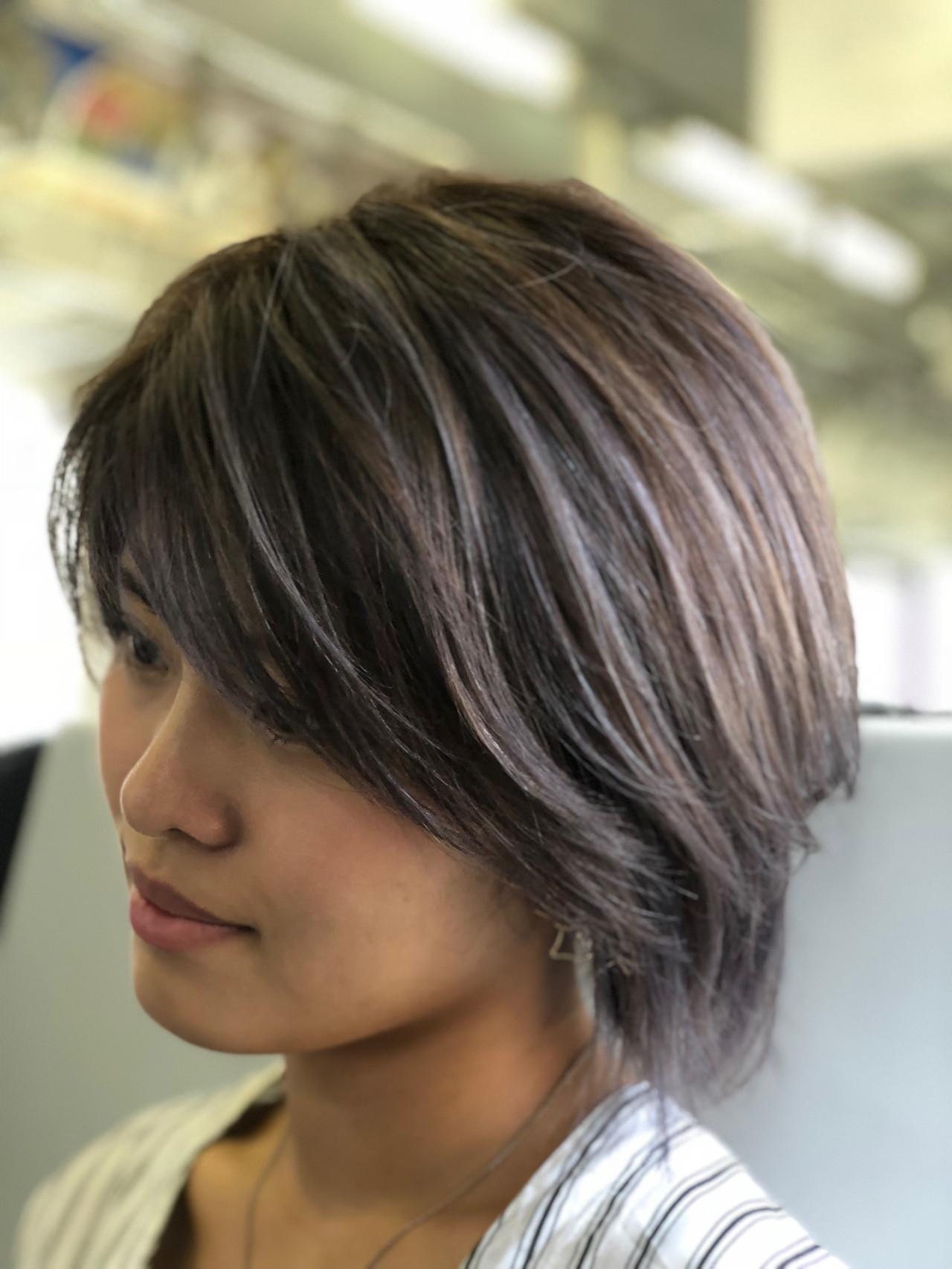 バレイヤージュ スウィングレイヤー ショート アッシュグレイ ヘアスタイルや髪型の写真・画像