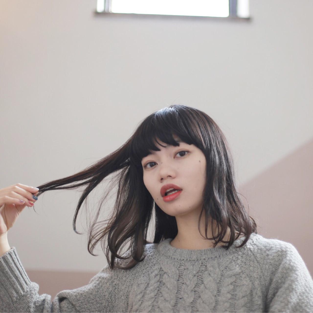 ナチュラル 黒髪 インナーカラー ワイドバング ヘアスタイルや髪型の写真・画像