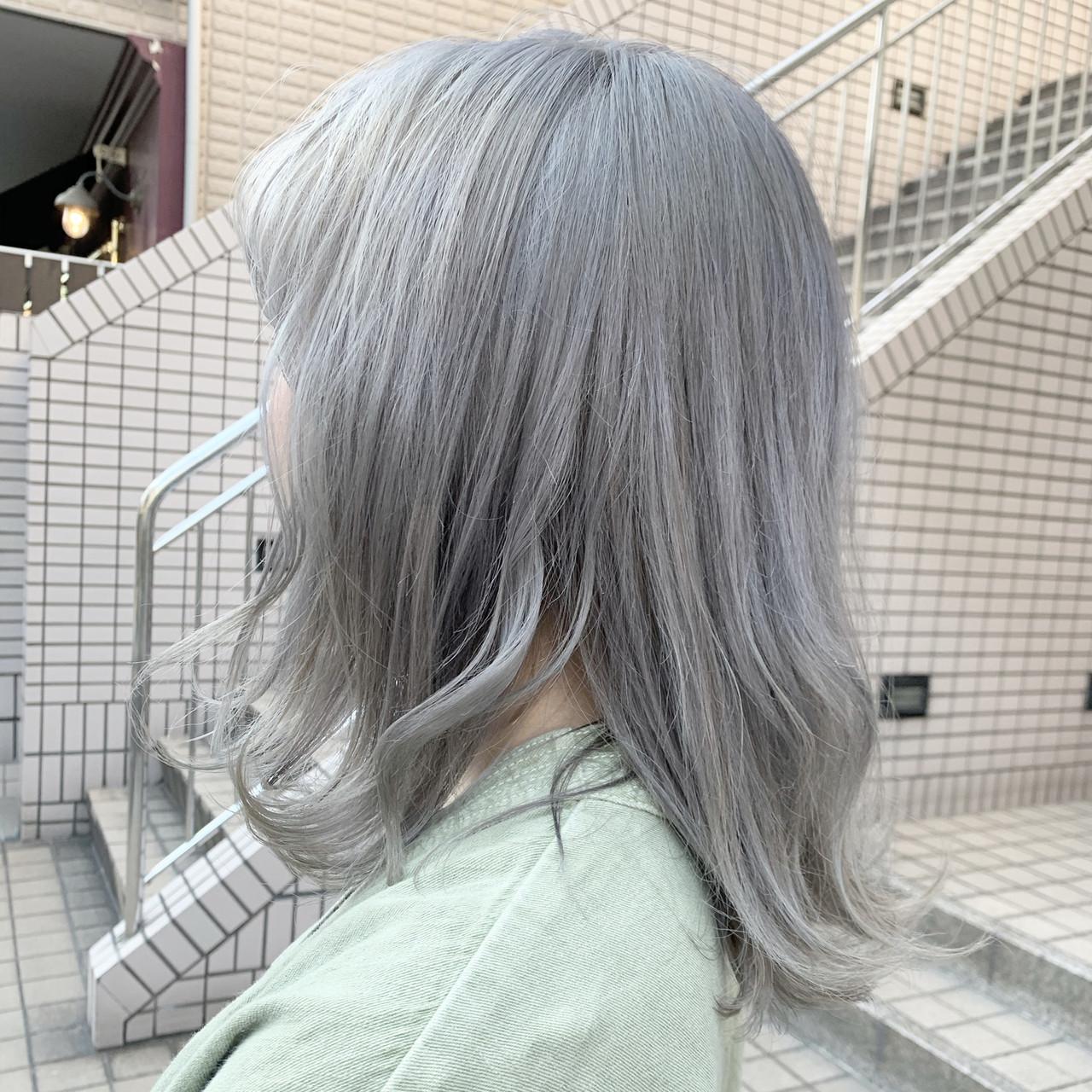 シルバーグレー シルバーアッシュ ミディアム ナチュラル ヘアスタイルや髪型の写真・画像