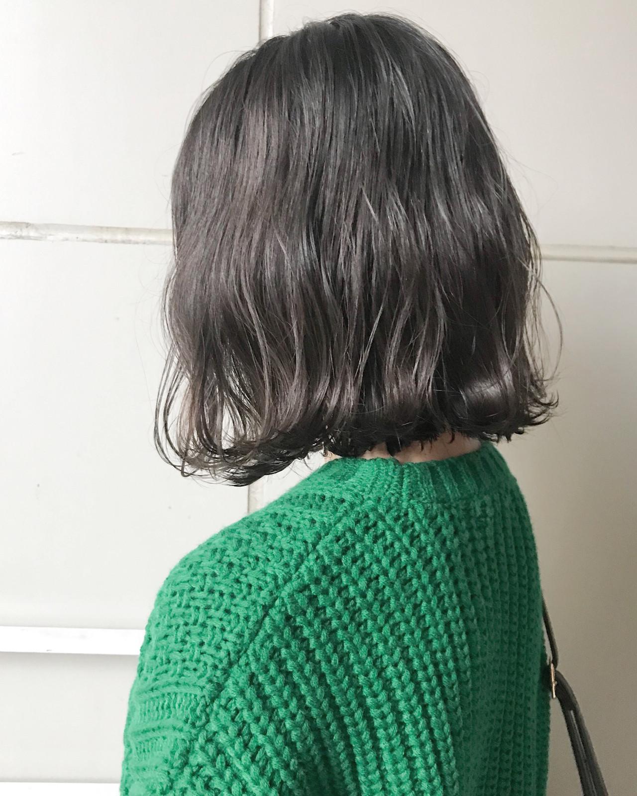 ダークグレーで作るエフォートレスの暗髪ミディアム ともsourire 今泉店