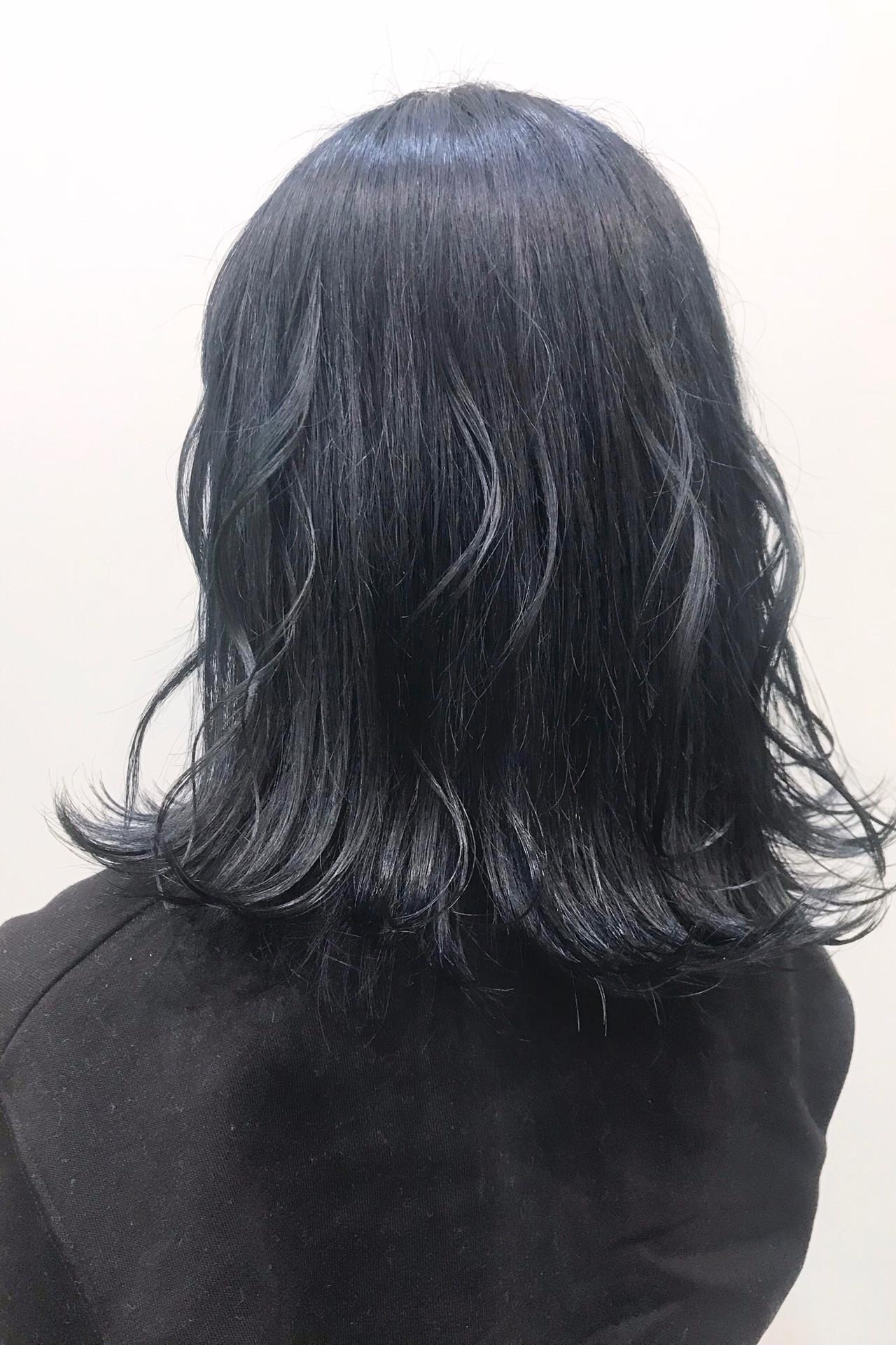 ネイビーカラーで作るモード感溢れる暗髪のゆる巻きミディアム ヒラサワ タカヒロluexecreare