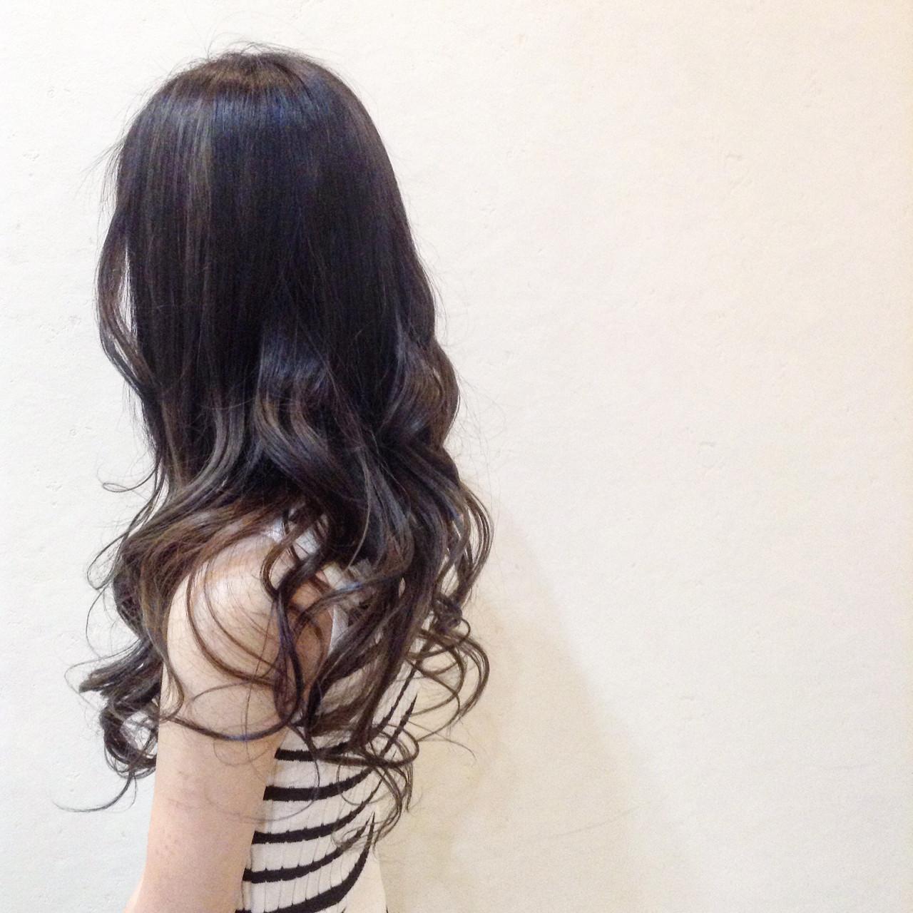 バレイヤージュがポイントのナチュラルな暗髪ロングヘア ササキ トモシCecil hair 札幌店