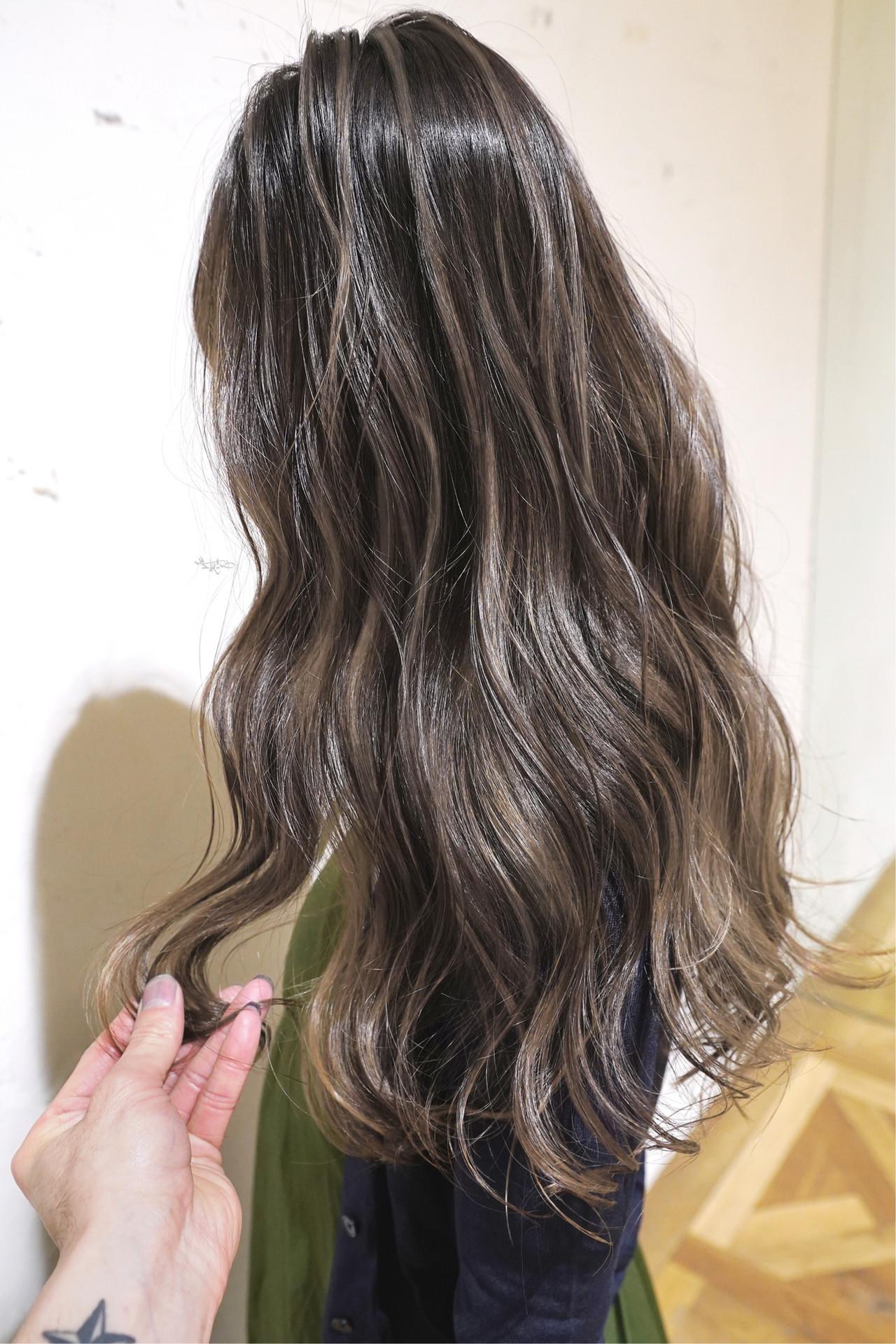 グレージュ バレイヤージュ ガーリー ハイライト ヘアスタイルや髪型の写真・画像