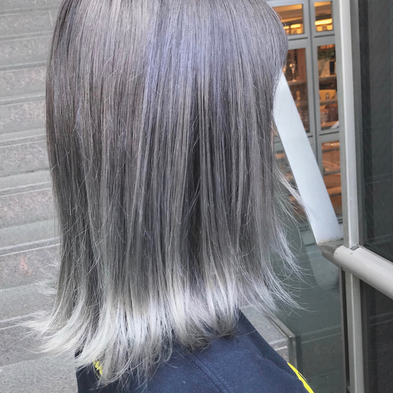 モード感溢れる外国人風のミディアムヘアのホワイトアッシュ 蒔山知洋blue faces 表参道 (ブルーフェーセス)