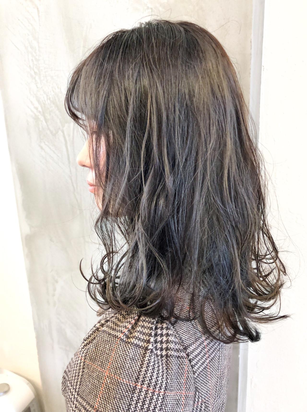 大人可愛いが簡単に出来ちゃうミディアムヘアのグレーアッシュ 須貝 大空Anna Lanna 表参道