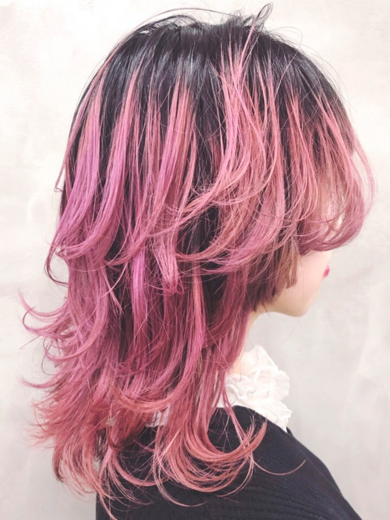 ウルフカット フェミニン グラデーションカラー セミロング ヘアスタイルや髪型の写真・画像