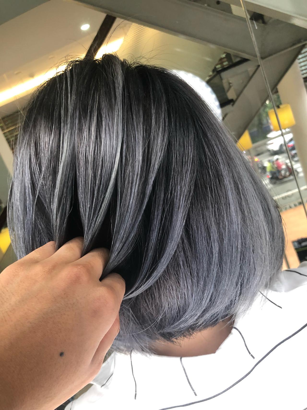 カジュアルでクールなボブのグラデーションシルバーアッシュ 筒井 隆由Hair salon mode