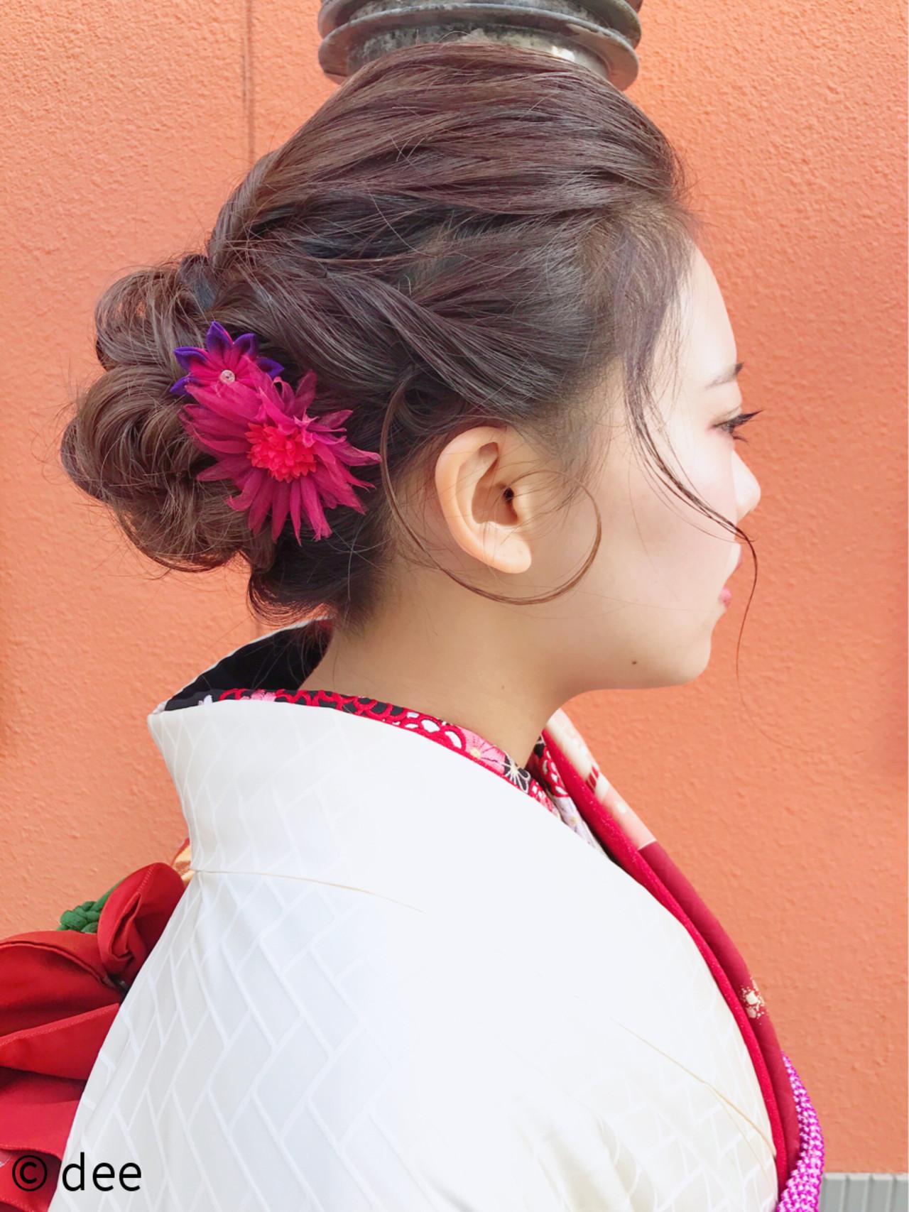 後れ毛がポイントになるセミロングのキュートな袴アレンジ deedee