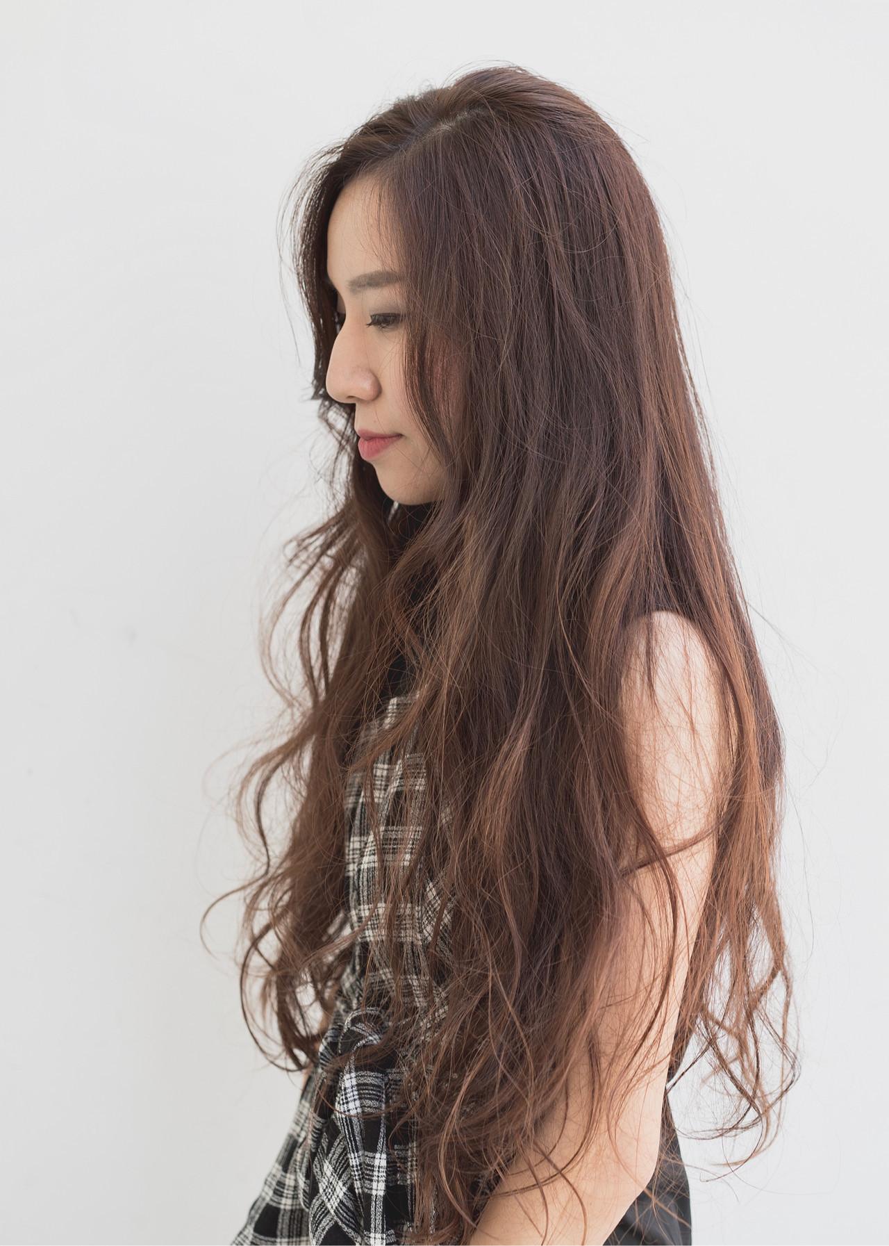 レイヤーロングヘア ピンクベージュ ハイライト 大人ハイライト ヘアスタイルや髪型の写真・画像