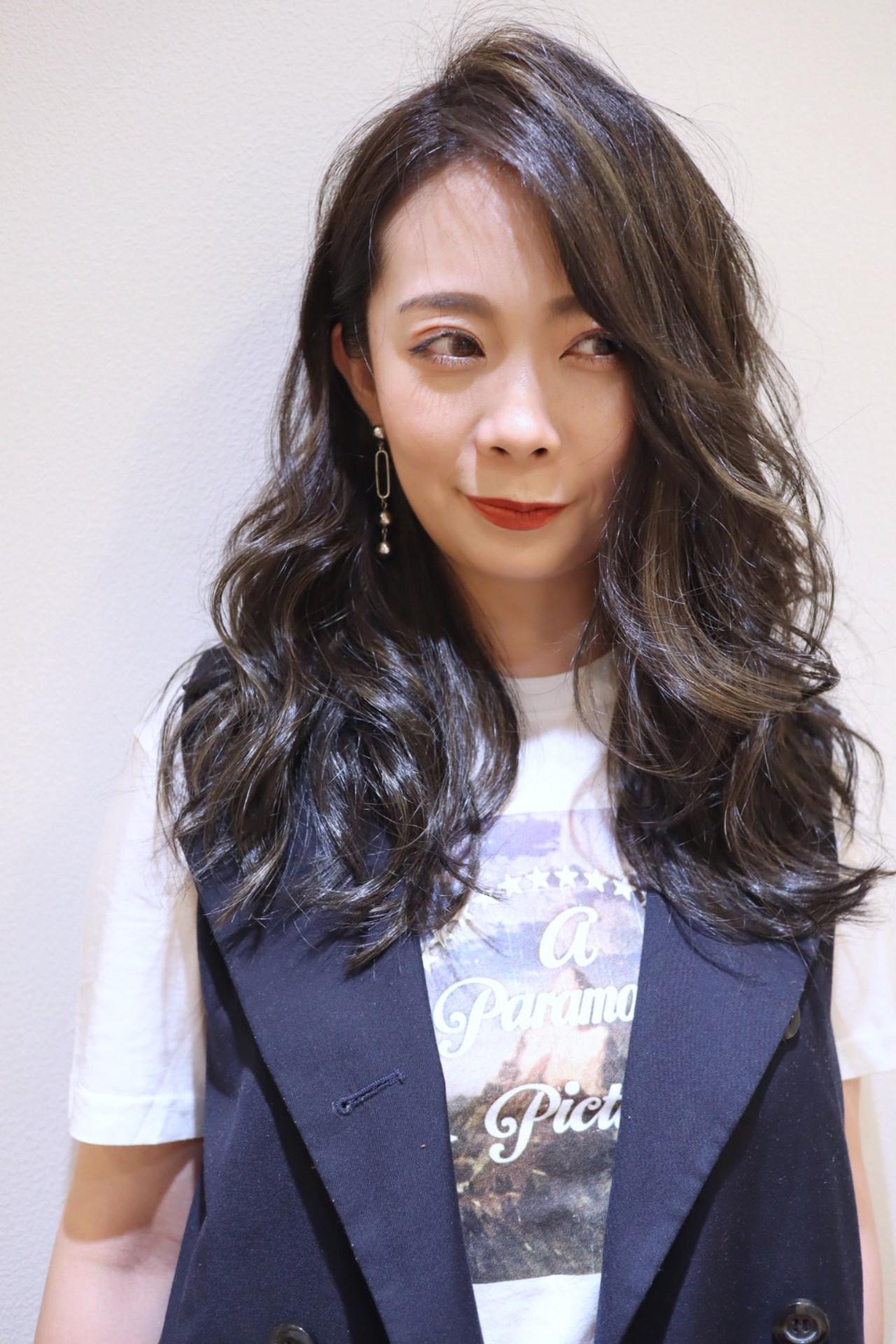 暗髪 ハイライト かき上げ前髪 ロング ヘアスタイルや髪型の写真・画像