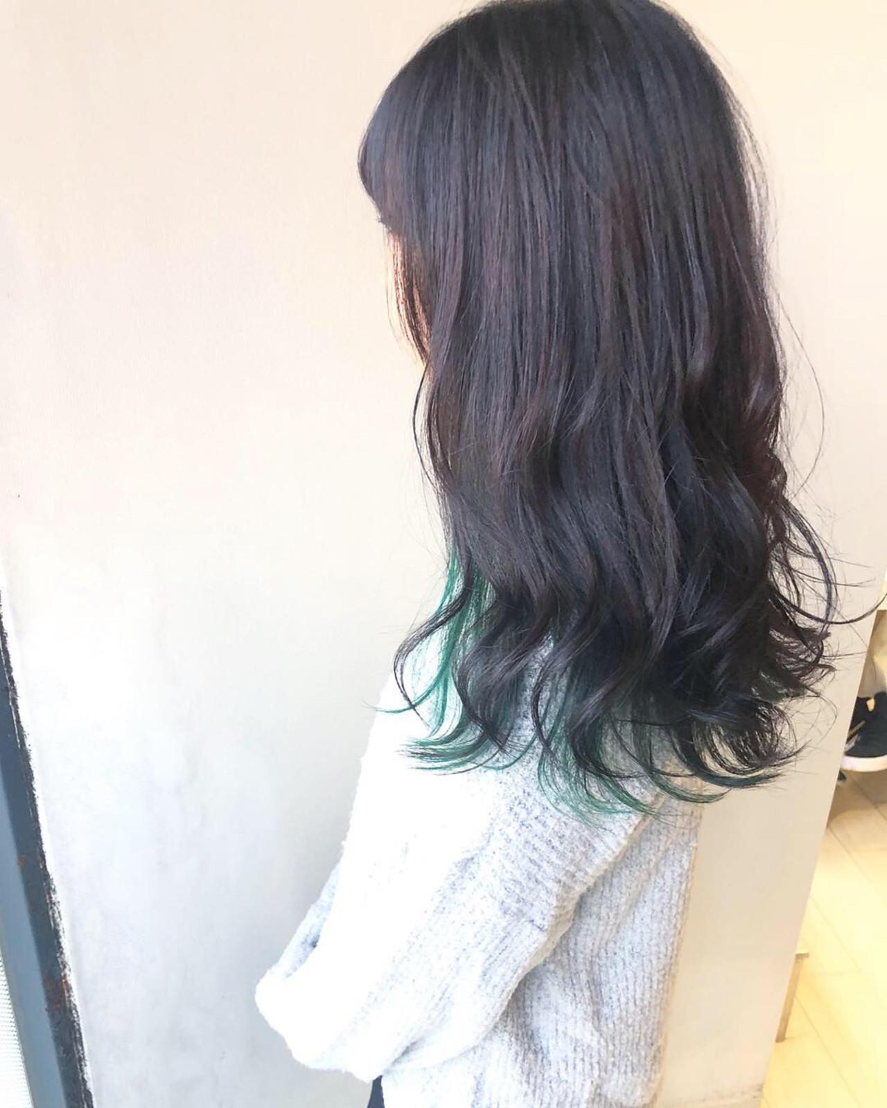 #インナーカラー セミロング 緑 ハイトーンカラー ヘアスタイルや髪型の写真・画像