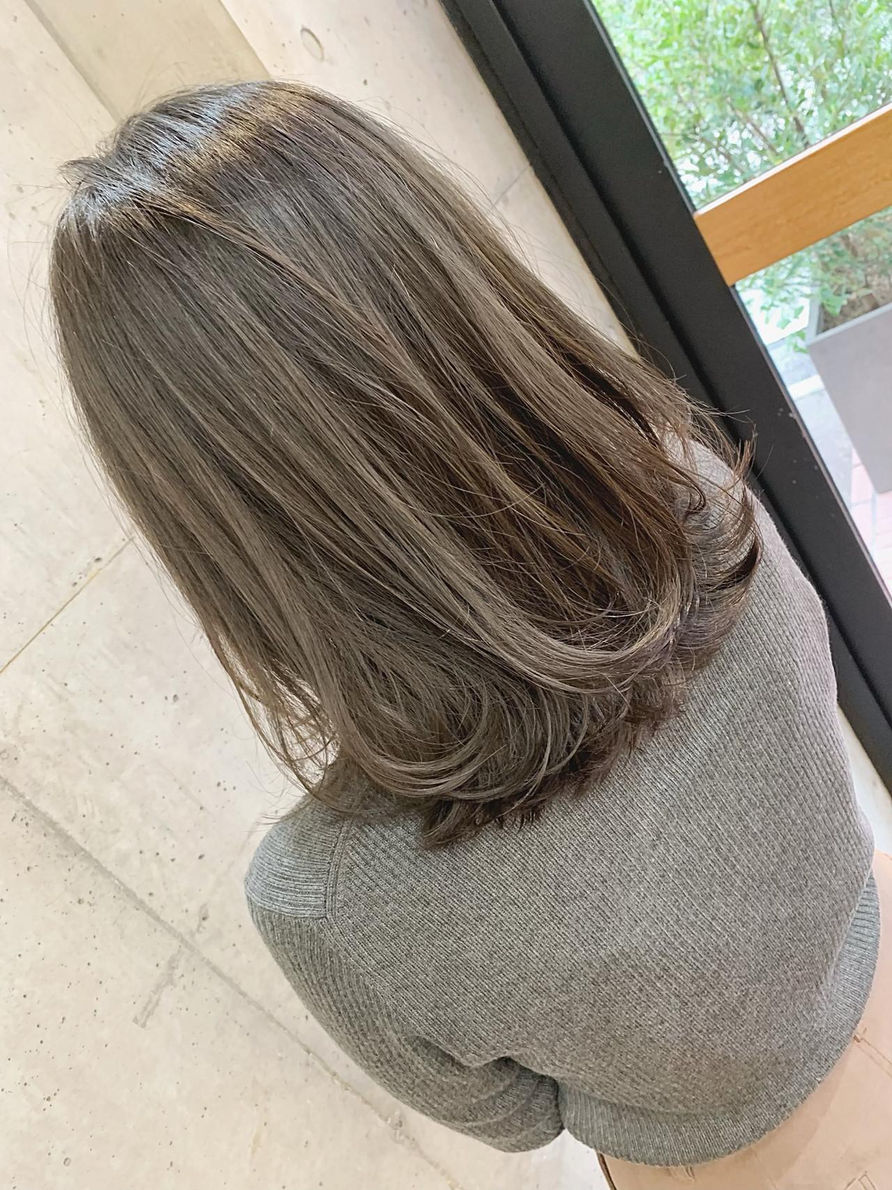 インナーカラー オリーブベージュ ベージュ ナチュラル ヘアスタイルや髪型の写真・画像