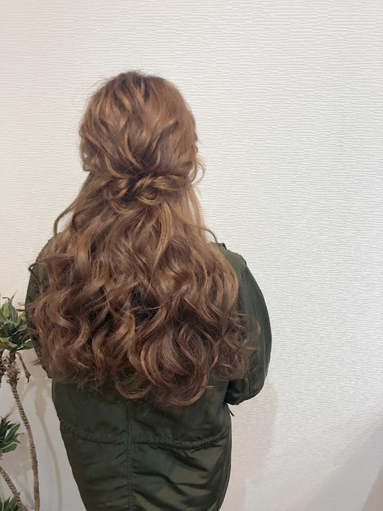 ねじり フェミニン ハーフアップ ブライダル ヘアスタイルや髪型の写真・画像