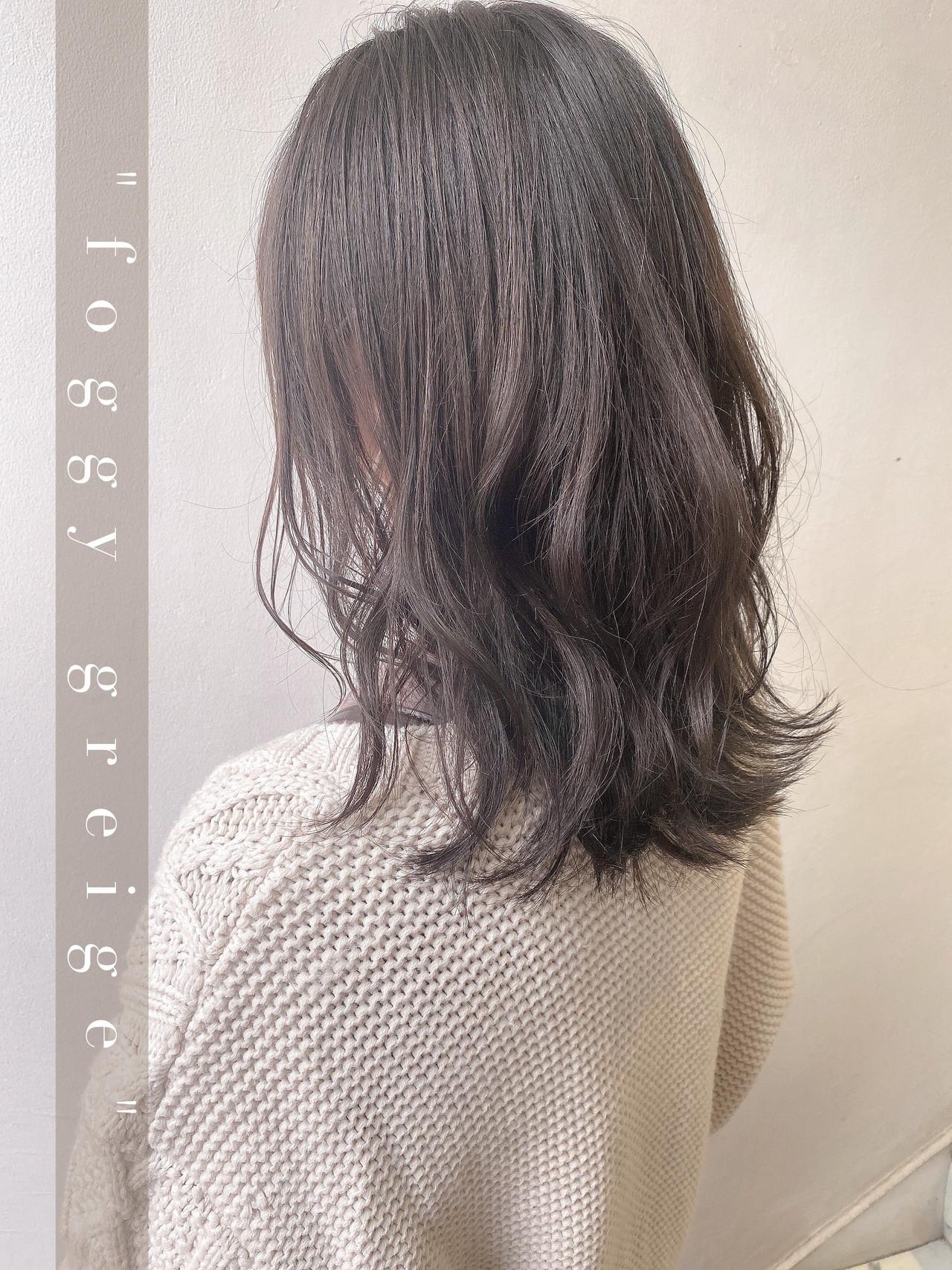 ミディアムレイヤー ミディアム 波巻き フェミニン ヘアスタイルや髪型の写真・画像