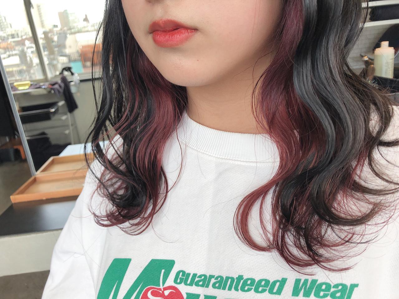 カシスレッド ストリート レッドブラウン インナーカラーレッド ヘアスタイルや髪型の写真・画像
