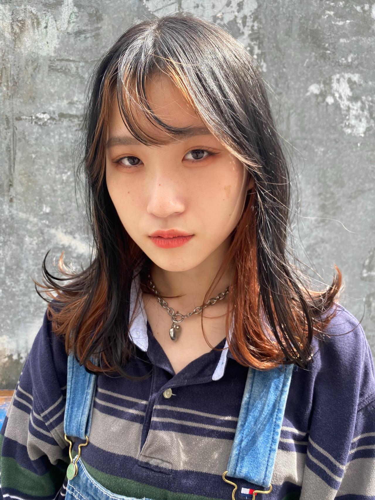 ストリート シースルーバング セミロング オレンジカラー ヘアスタイルや髪型の写真・画像