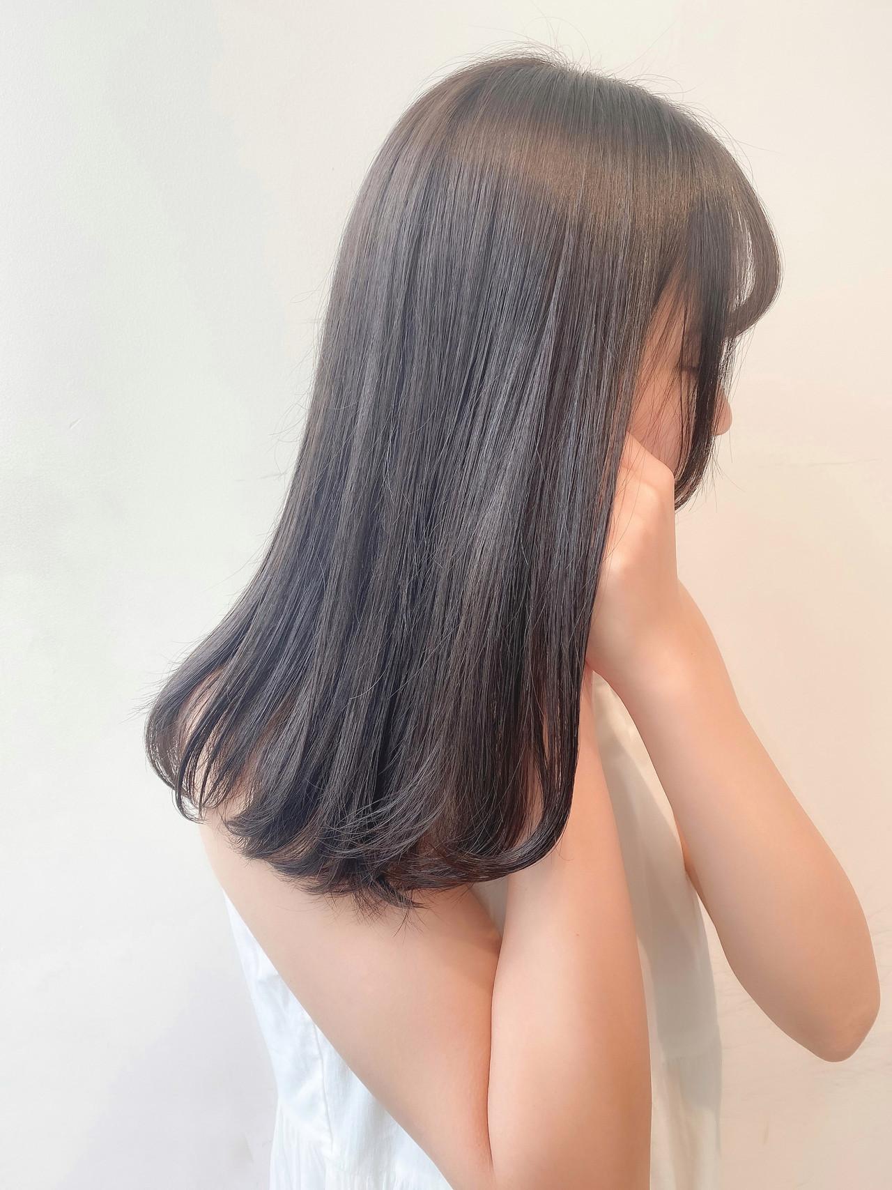 ブリーチなし オリーブグレージュ セミロング ミントアッシュ ヘアスタイルや髪型の写真・画像