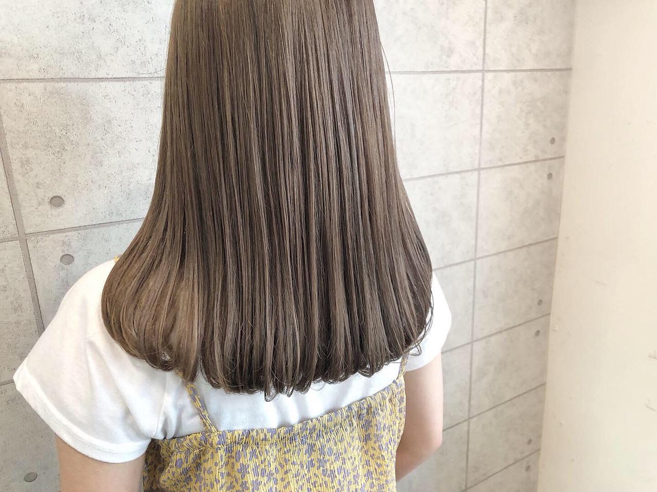 セミロング イルミナカラー 透明感カラー ミルクティーグレージュ ヘアスタイルや髪型の写真・画像