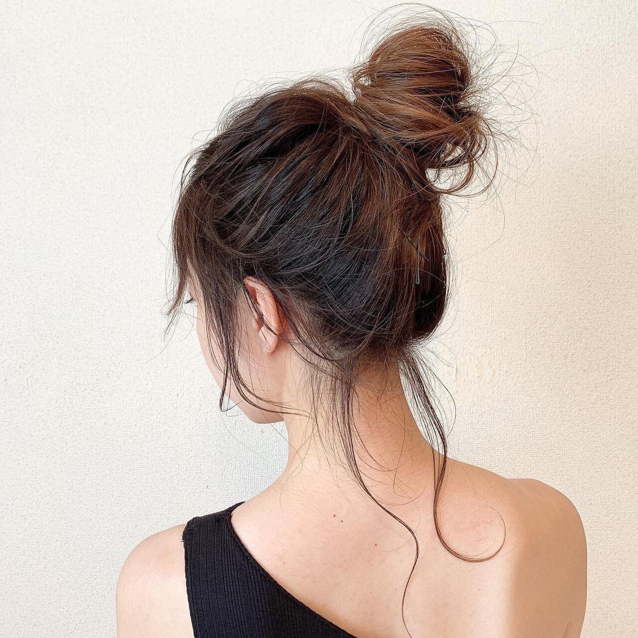 ロング ミルクティーベージュ お団子アレンジ グラデーションカラー ヘアスタイルや髪型の写真・画像