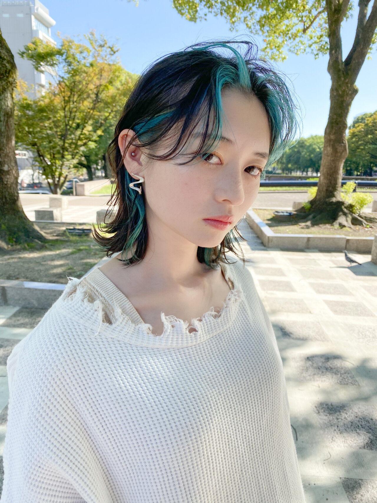ナチュラルウルフ ターコイズブルー ウルフ女子 センターパート ヘアスタイルや髪型の写真・画像