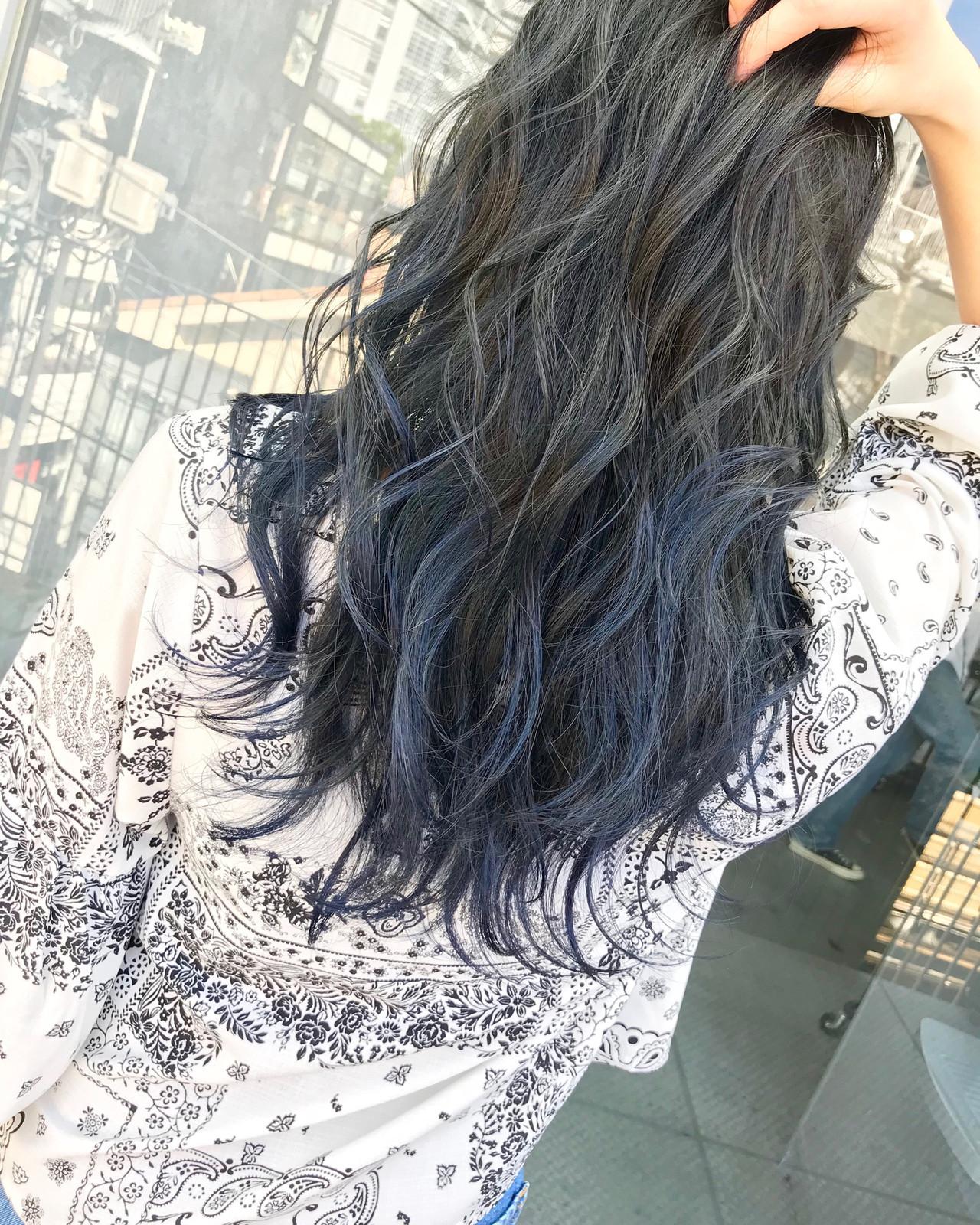 ネイビー ブルーブラック ブリーチカラー ネイビーアッシュ ヘアスタイルや髪型の写真・画像
