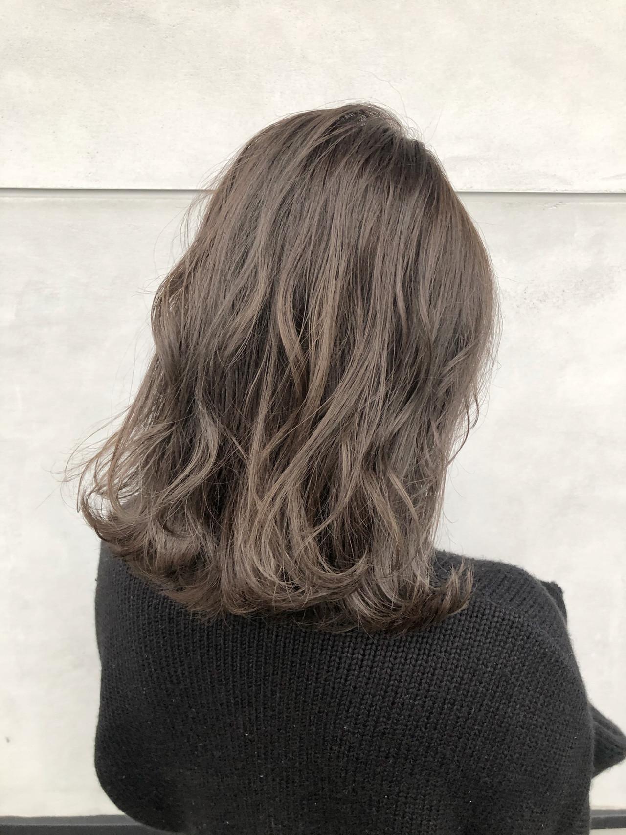 ベージュ ミディアム ミルクティーベージュ グレージュ ヘアスタイルや髪型の写真・画像