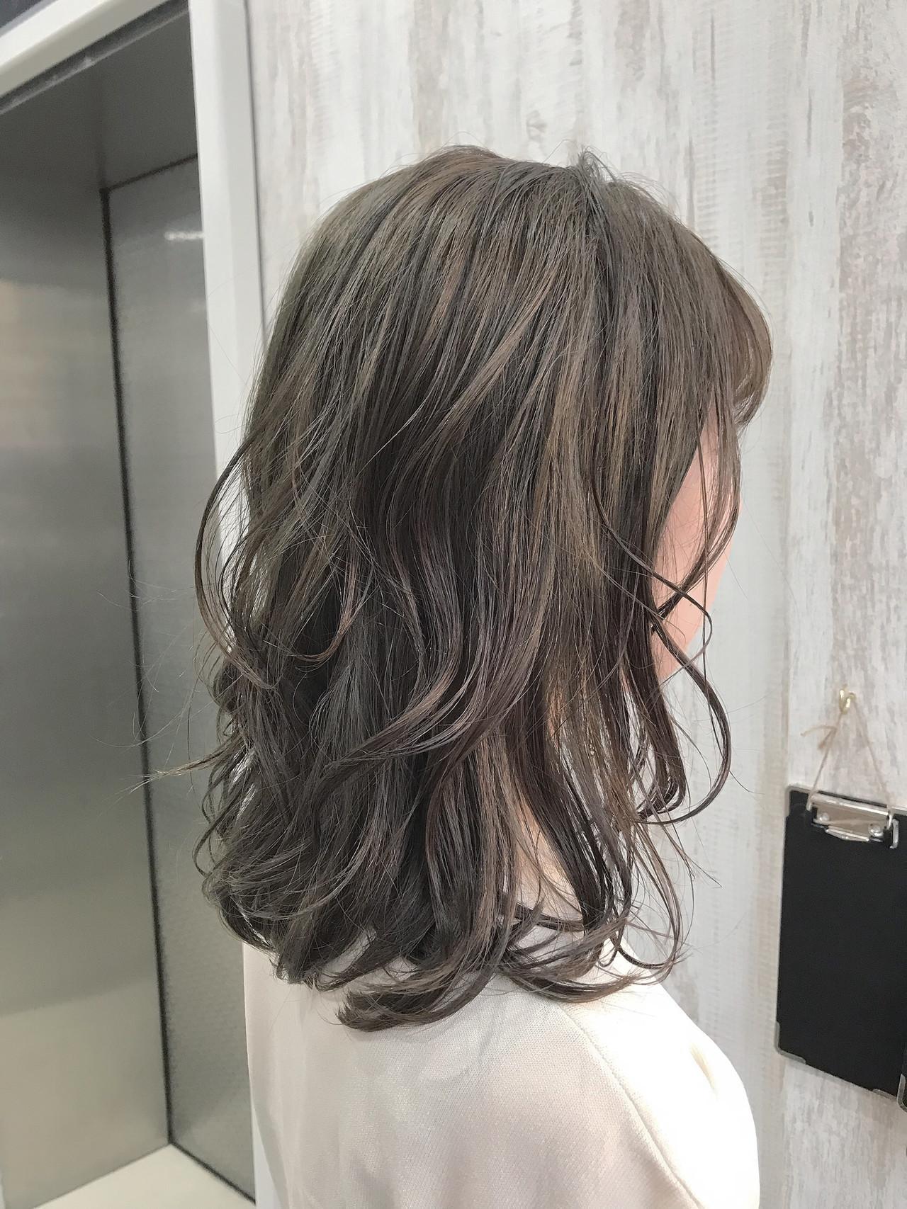 オリーブブラウン オリーブカラー フェミニン オリーブグレージュ ヘアスタイルや髪型の写真・画像