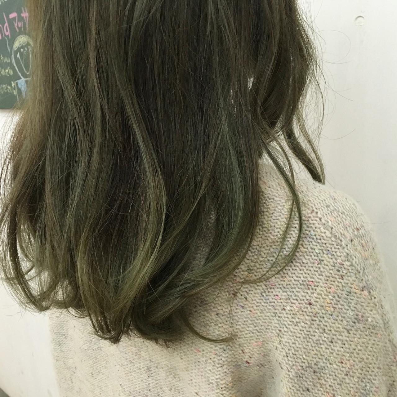 オリーブアッシュ グラデーションカラー グリーン ミディアム ヘアスタイルや髪型の写真・画像