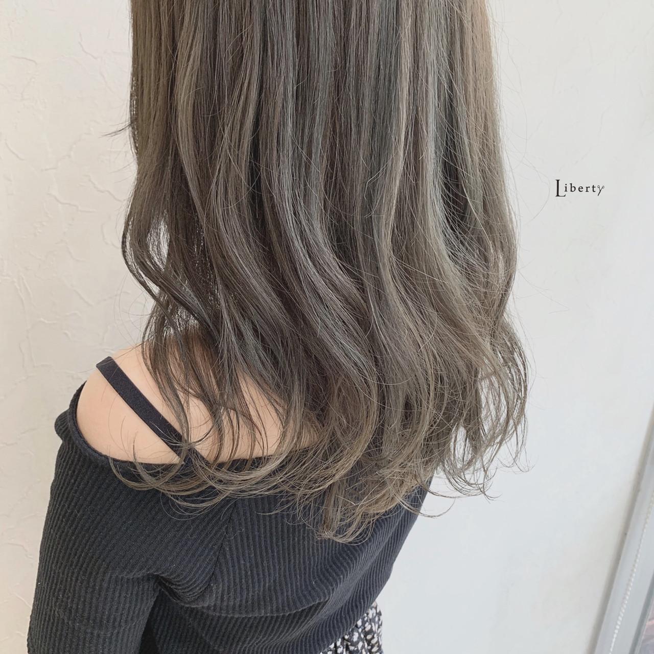 マットグレージュ アッシュグレージュ アッシュグレー セミロング ヘアスタイルや髪型の写真・画像