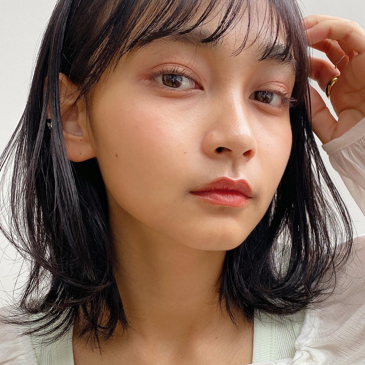 ミディアム 小顔 透明感カラー 前髪あり ヘアスタイルや髪型の写真・画像