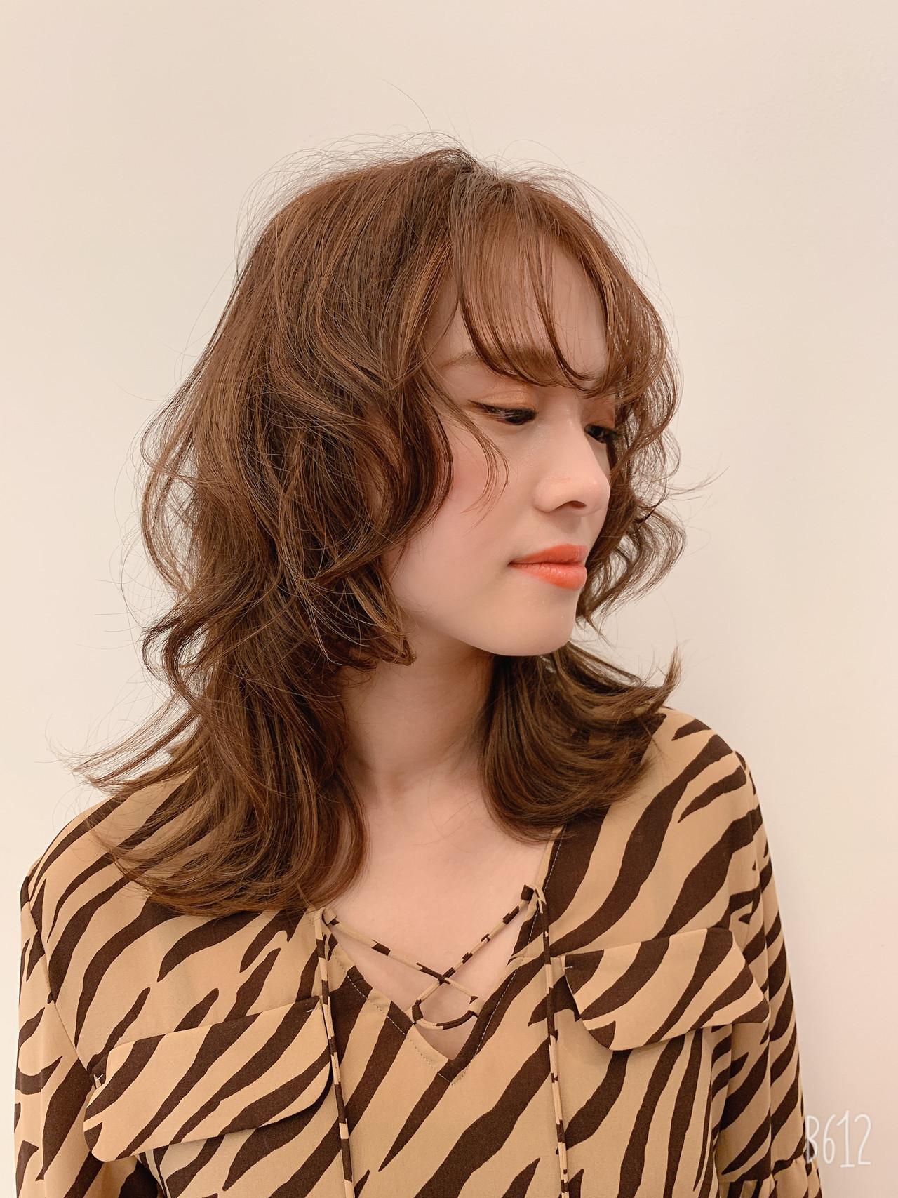 パーマ ウルフカット ミディアム ナチュラル ヘアスタイルや髪型の写真・画像