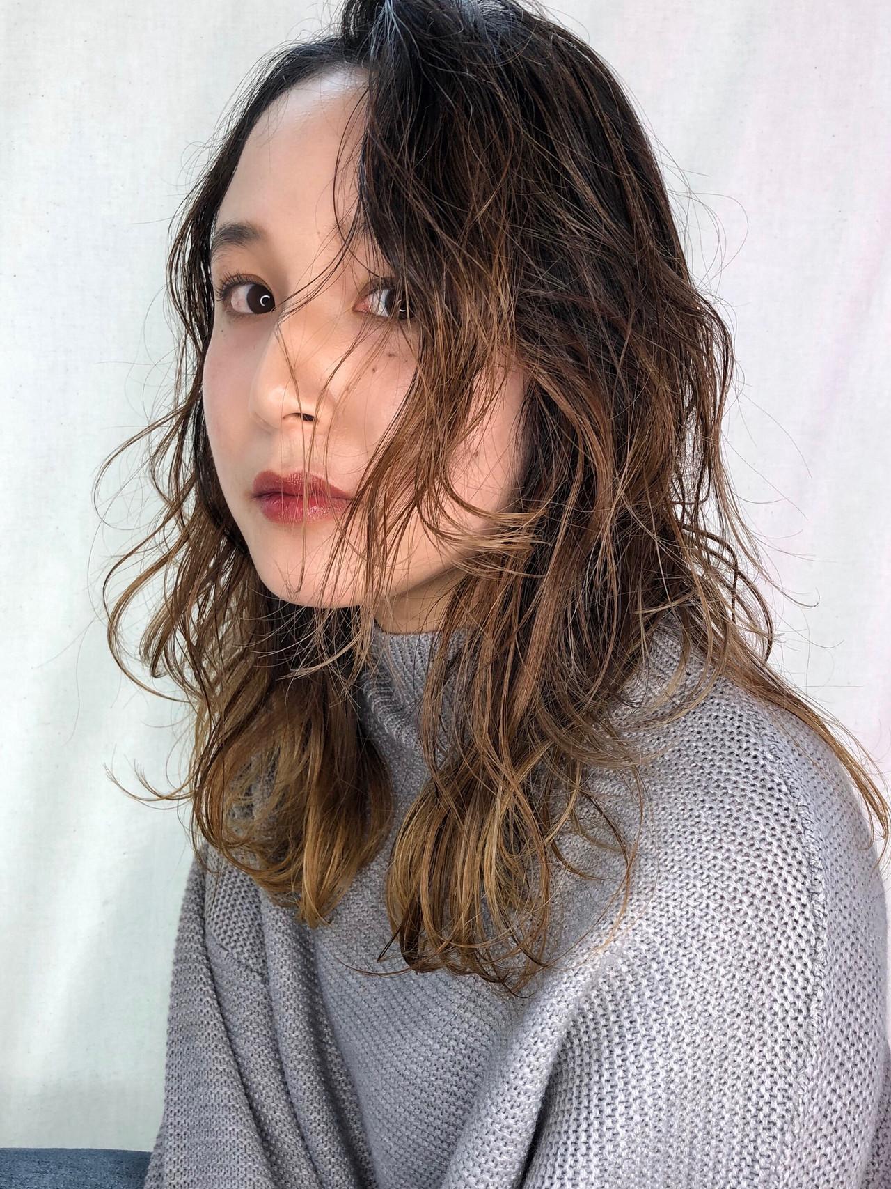 大人ハイライト ハイトーンカラー 極細ハイライト セミロング ヘアスタイルや髪型の写真・画像