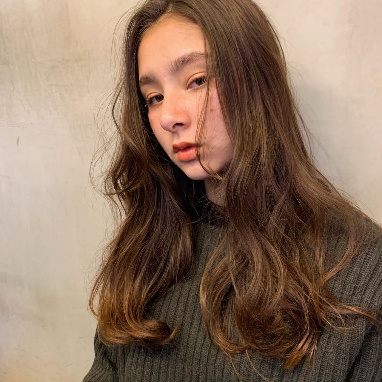 ロング 小顔ヘア アンニュイほつれヘア ゆるウェーブ ヘアスタイルや髪型の写真・画像