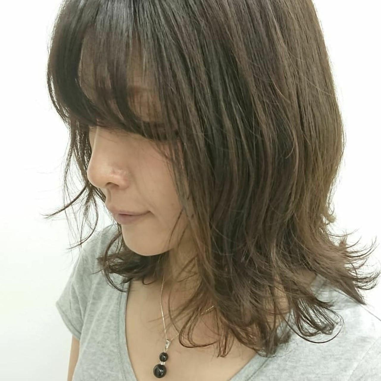 グレージュ ウルフカット ミディアム 大人女子 ヘアスタイルや髪型の写真・画像