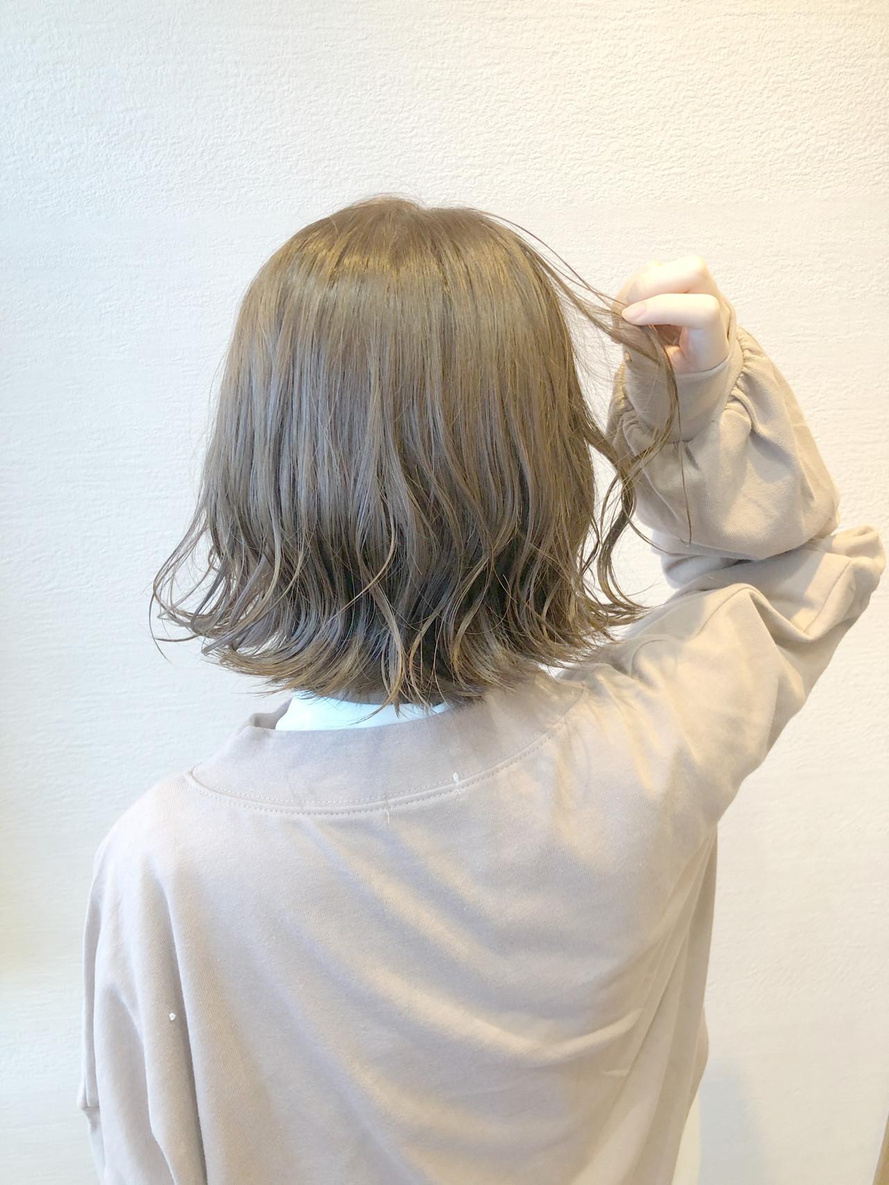 フェミニン ミディアム アッシュグレージュ 束感 ヘアスタイルや髪型の写真・画像