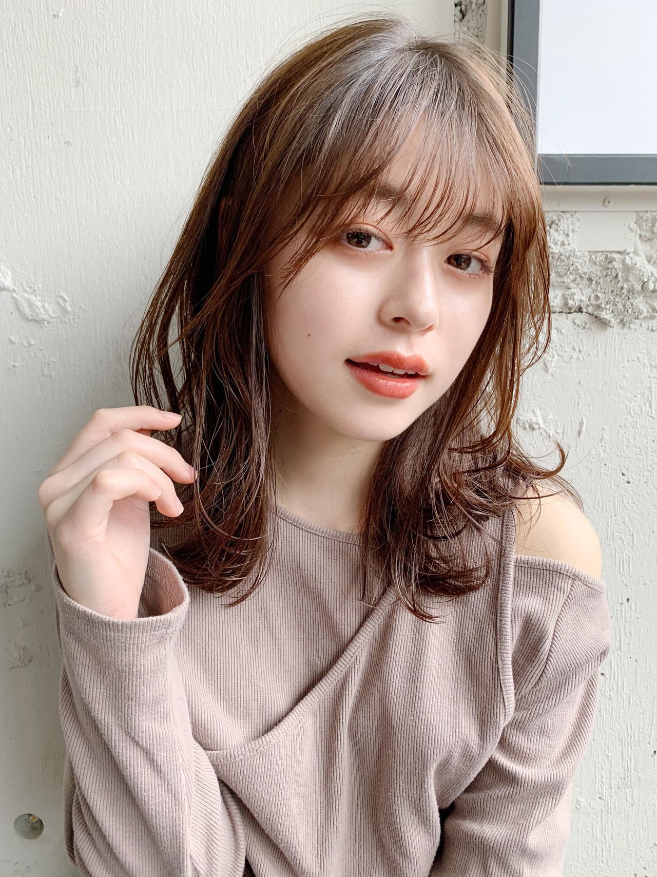 ミディアム シースルーバング フェミニン ゆるふわ ヘアスタイルや髪型の写真・画像