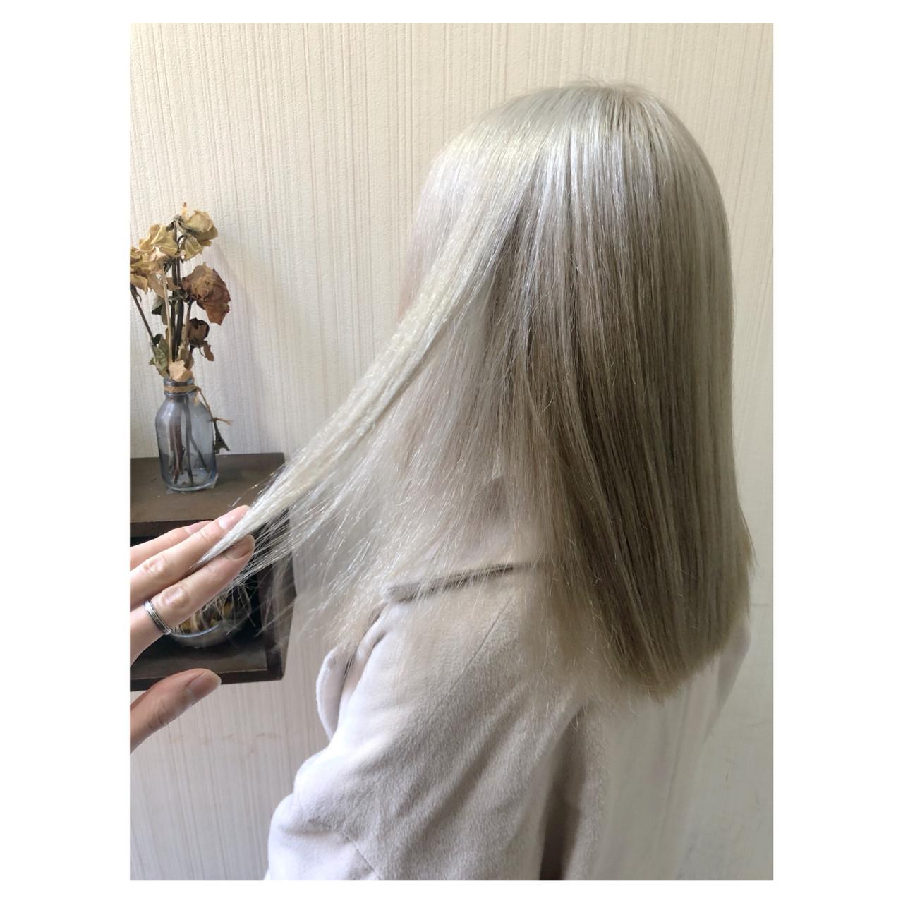 ホワイトアッシュ ホワイトブリーチ ホワイトカラー ミディアム ヘアスタイルや髪型の写真・画像