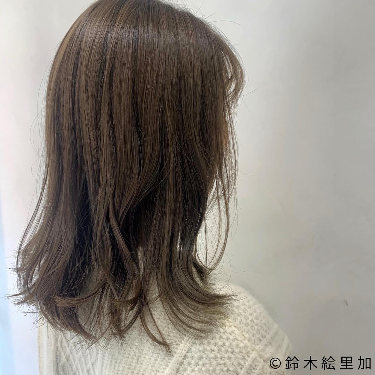 ミディアム オリーブベージュ オリーブグレージュ ナチュラル ヘアスタイルや髪型の写真・画像