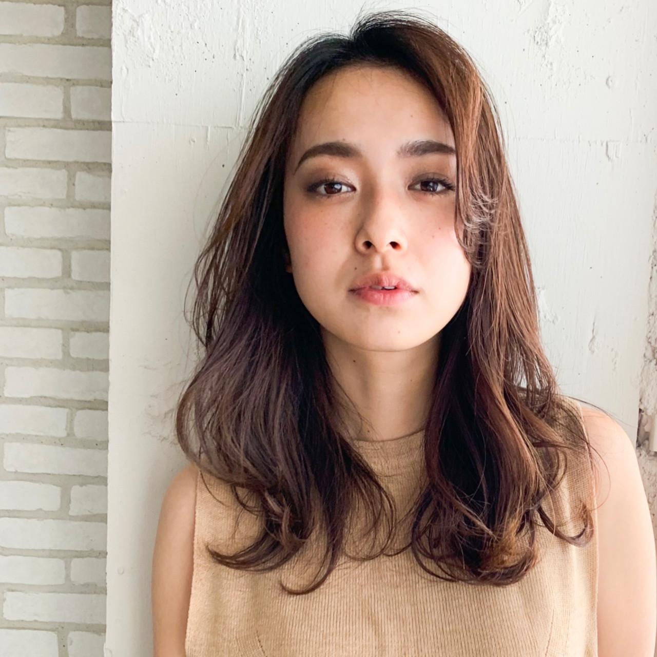 フェミニン シースルーバング 前髪あり デジタルパーマ ヘアスタイルや髪型の写真・画像