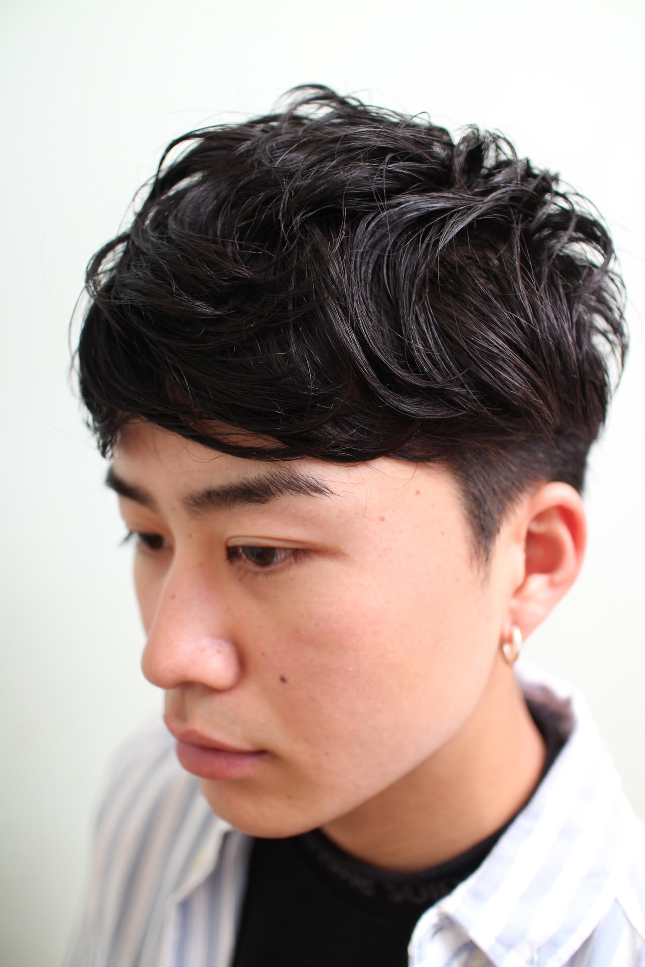 ナチュラル メンズ ツーブロック 黒髪 ヘアスタイルや髪型の写真・画像