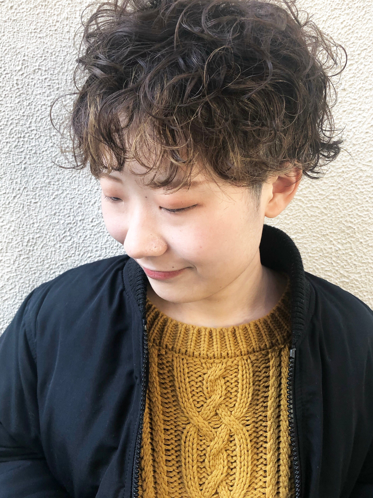 ショート 刈り上げ女子 ハイライト 無造作パーマ ヘアスタイルや髪型の写真・画像