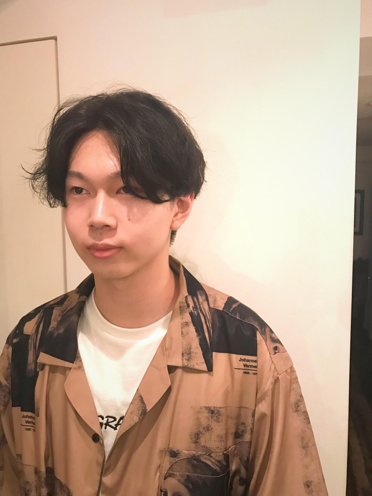メンズ センターパート ナチュラル 黒髪 ヘアスタイルや髪型の写真・画像
