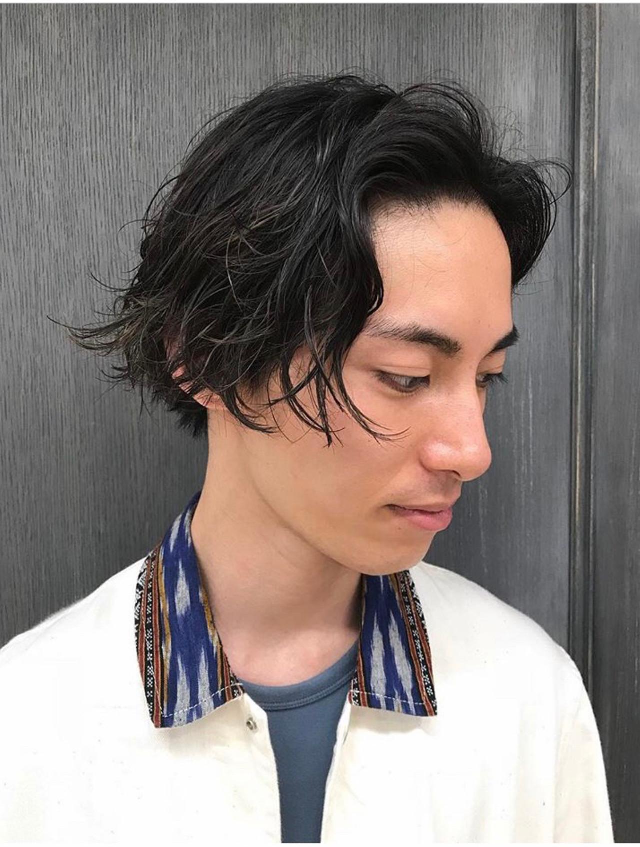メンズカジュアル メンズパーマ ミディアム ストリート ヘアスタイルや髪型の写真・画像
