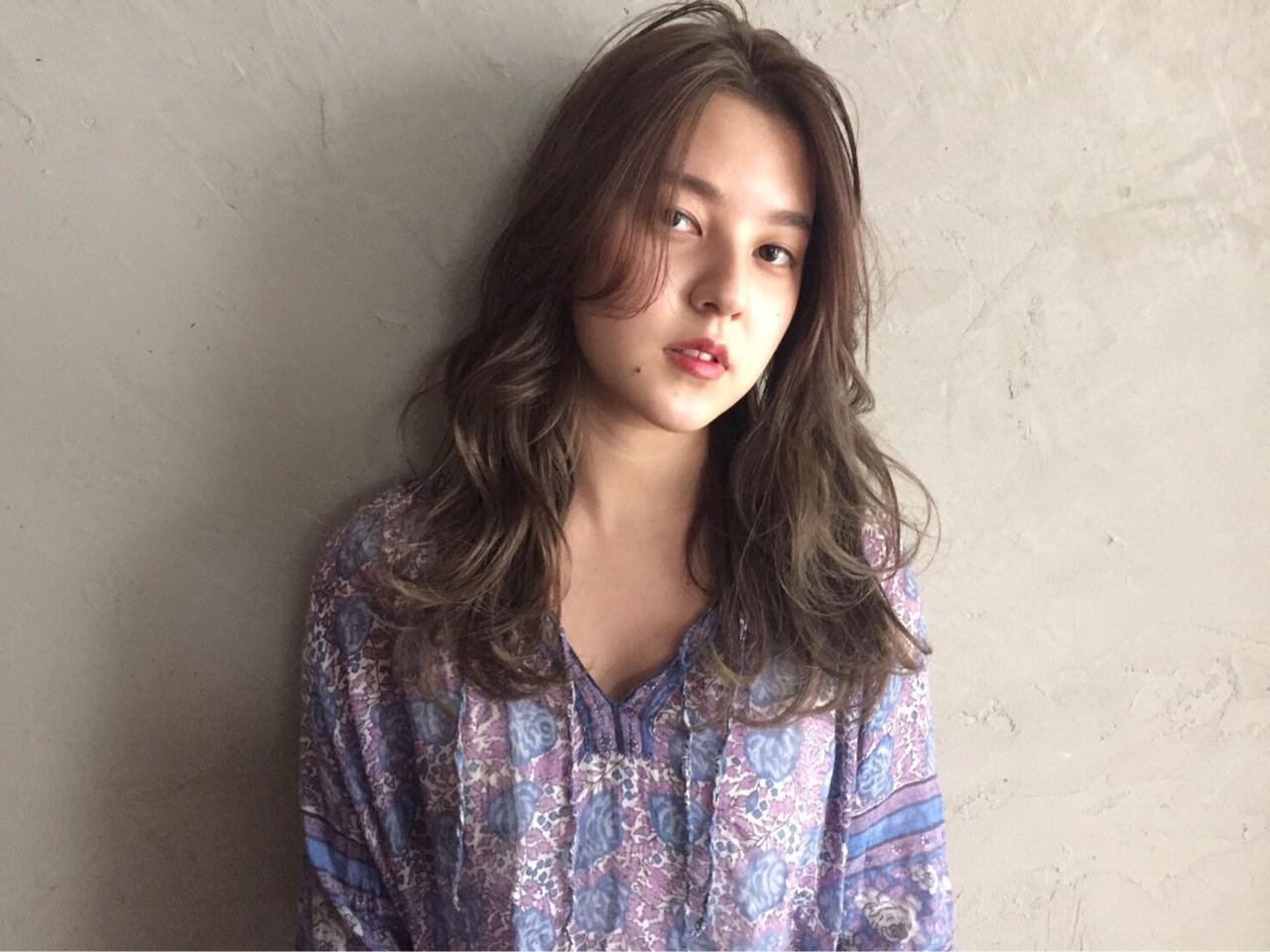 レイヤーカット センターパート 外国人風カラー ナチュラル ヘアスタイルや髪型の写真・画像