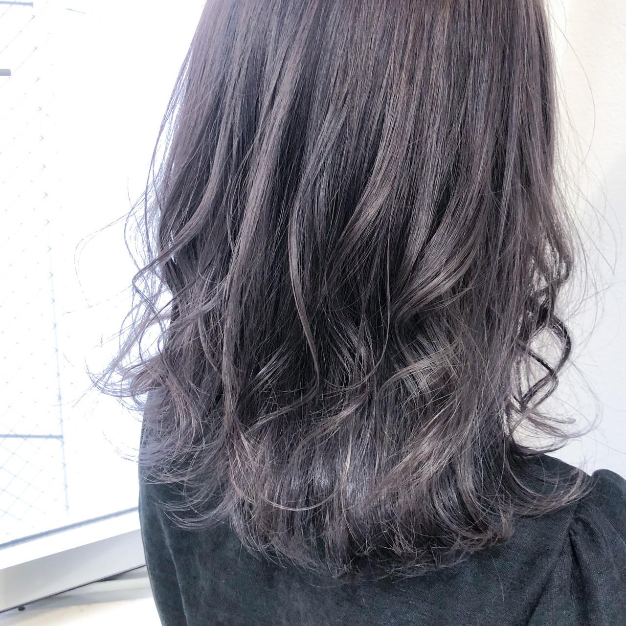 巻き髪 ストリート セミロング ラベンダーグレージュ ヘアスタイルや髪型の写真・画像