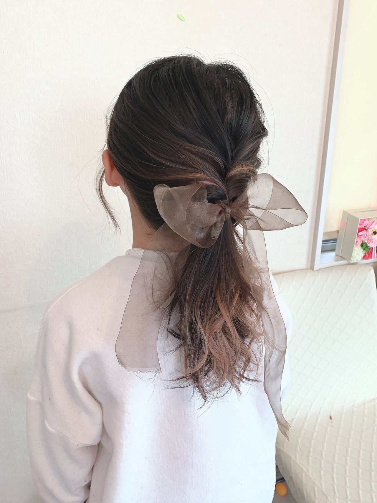ヌーディベージュ セミロング ガーリー くるりんぱ ヘアスタイルや髪型の写真・画像