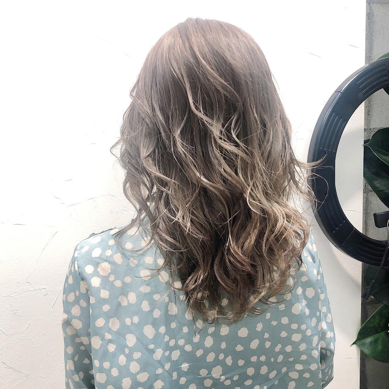 ミルクティーグレージュ コンサバ 透け感ヘア ミルクティー ヘアスタイルや髪型の写真・画像