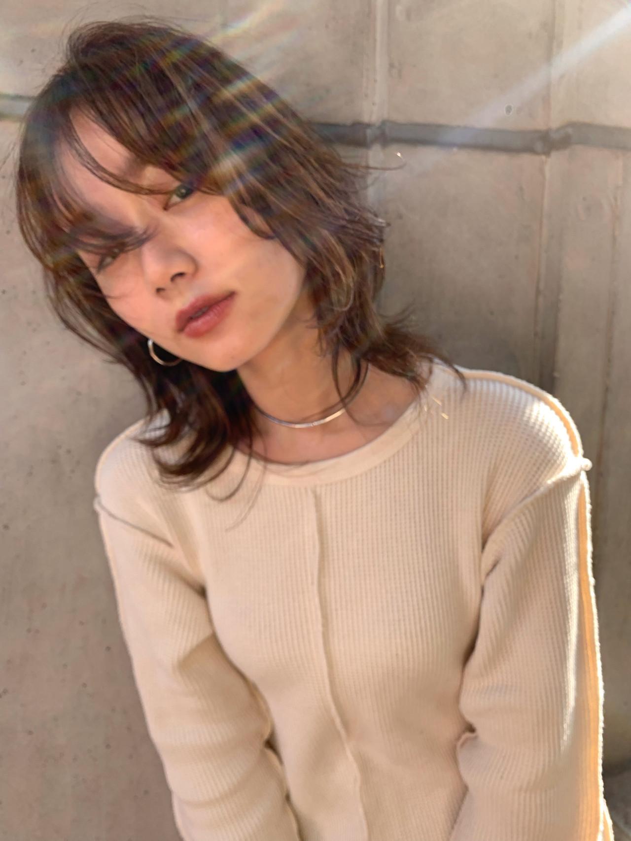 ミディアムレイヤー ラフ ナチュラル ニュアンスウルフ ヘアスタイルや髪型の写真・画像