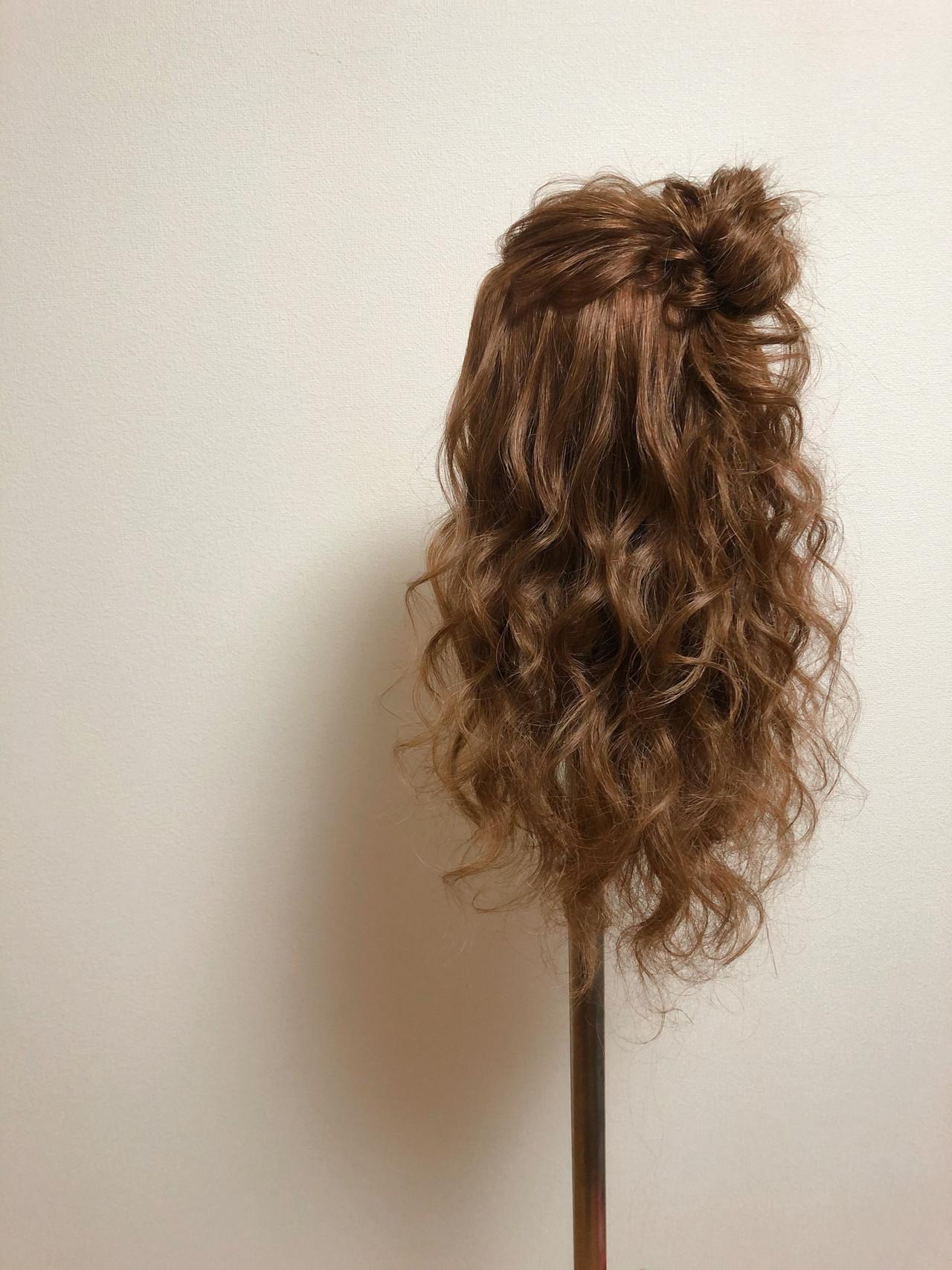 ハーフアップ フェミニン セミロング お団子アレンジ ヘアスタイルや髪型の写真・画像