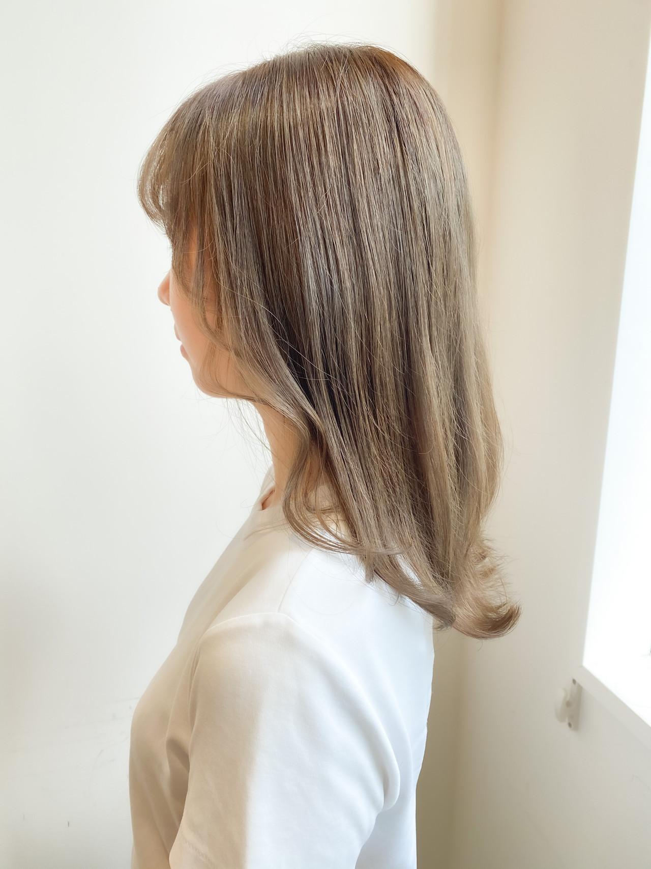 セミロング ミルクティーベージュ ミルクティーブラウン ミルクティー ヘアスタイルや髪型の写真・画像